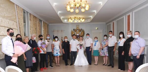 В Волгодонске накануне Дня российской молодежи 19 пар решили зарегистрировать брак