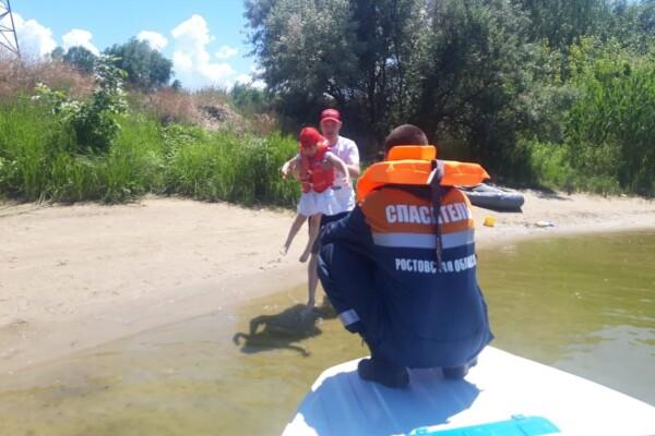На Цимлянском водохранилище спасатели пришли на помощь рыбаку и его дочери