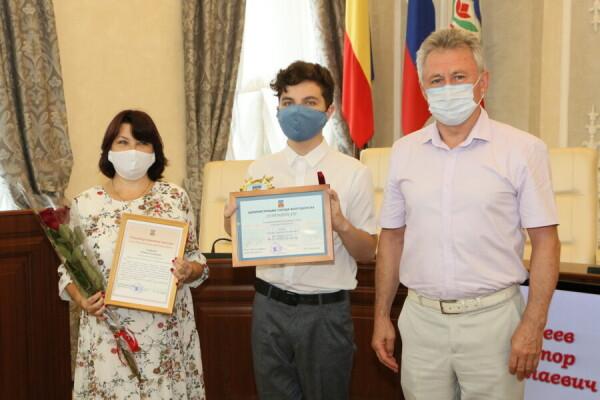 Памятным знаком «Гордость Волгодонска» отмечены пять лучших выпускников 2021 года