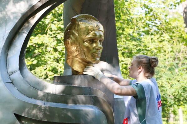 Волонтеры и молодогвардейцы провели субботник у памятника летчику Виктору Лецко в день его рождения