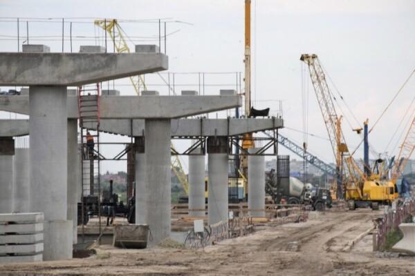 В Волгодонске для строительства моста ведутся работы по созданию платформ под буровую установку