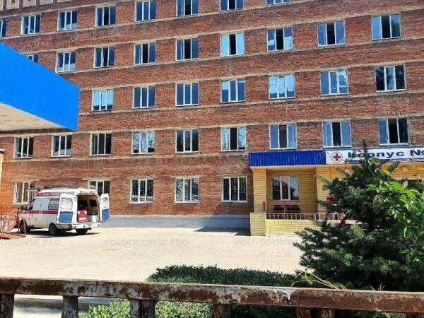 В Волгодонске мужчина разбился насмерть, выпав из окна ковидного госпиталя