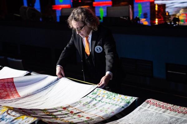 «Таланты Волгодонска» покорили «Русское поле», сшив самый большой рушник