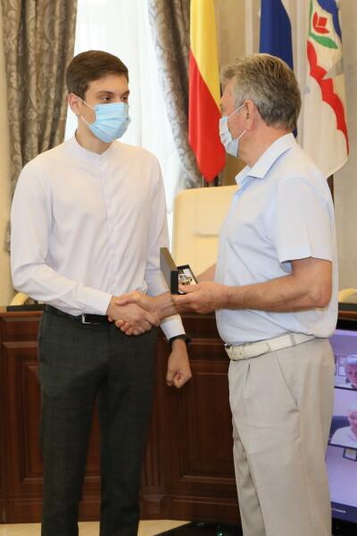 Волгодонский выпускник Степан Демин получил ценный подарок и благодарность главы администрации
