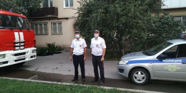 В Волгодонске сотрудники ГИБДД спасли жителей из горящей квартиры