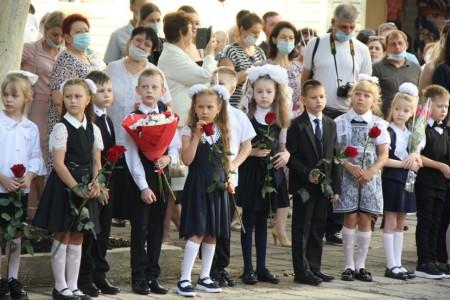 Председатель Волгодонской городской Думы — глава города поздравляет школьников с Днём знаний