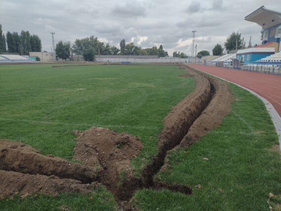 «Сделаем вместе!»: на стадионе «Труд» приступили к установке системы полива футбольного поля