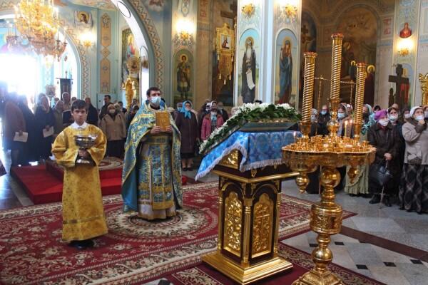 В праздник Покрова Пресвятой Богородицы в храмах Волгодонской епархии прошли молебны с крестным ходом о болящих и врачах